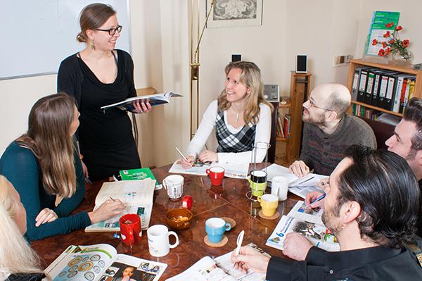 Kleingruppenunterricht im Sprachwohnzimmer